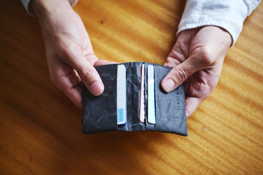 schwarze kartentasche aufgefaltet