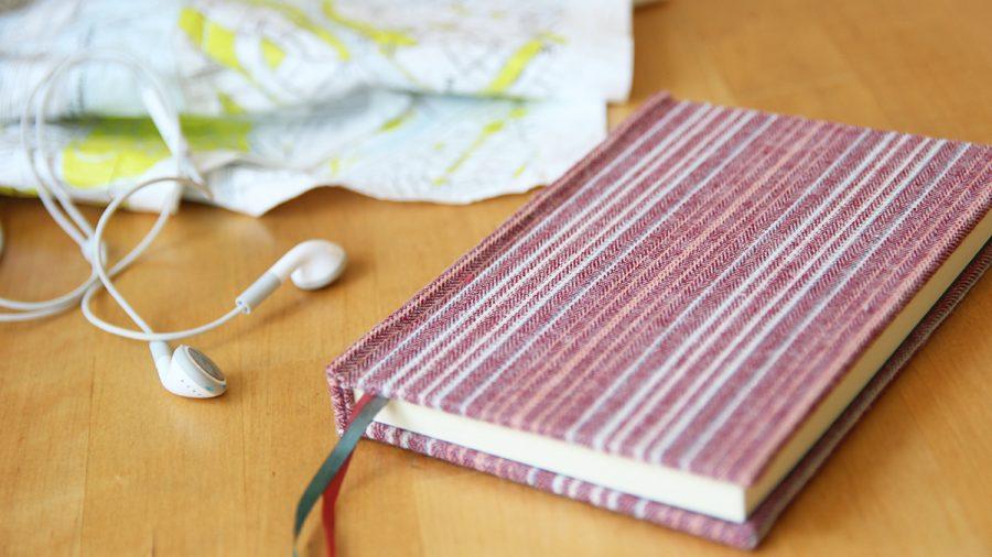 rosa kimono notizbuch auf dem tisch