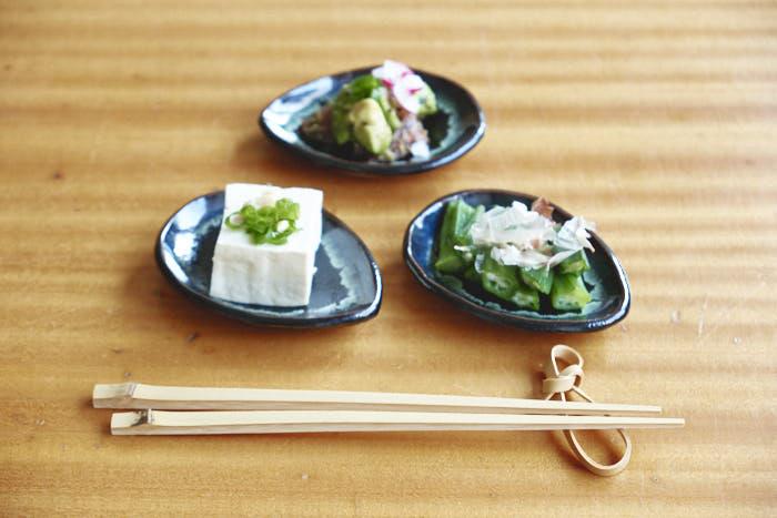 bambusstäbchen mit japasnichen vorspeisen