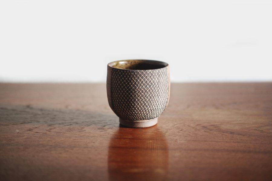keramik teetasse auf dem holztisch