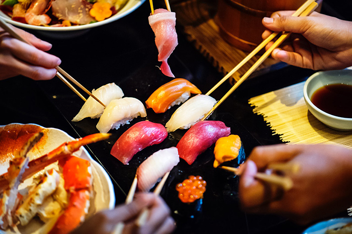 sushi zusammen essen