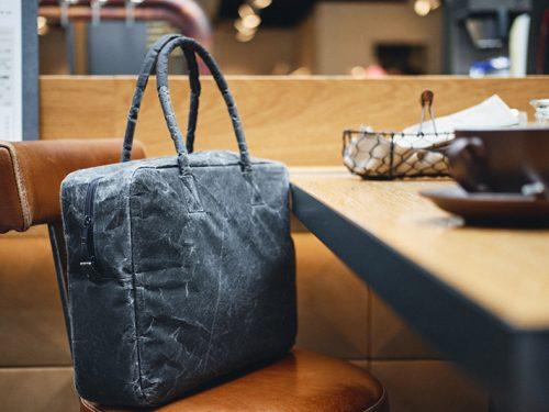 handtasche auf dem stuhl