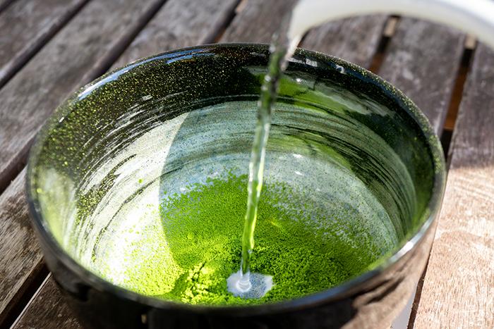 grüner tee in der teeschale