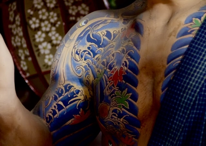 japanisches Yakuza Tattoo mit Wasser und Ahornblättern