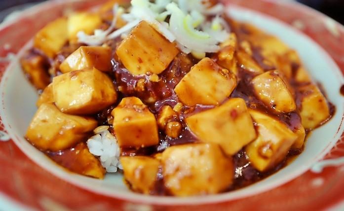 hackfleis und tofu auf dem reis
